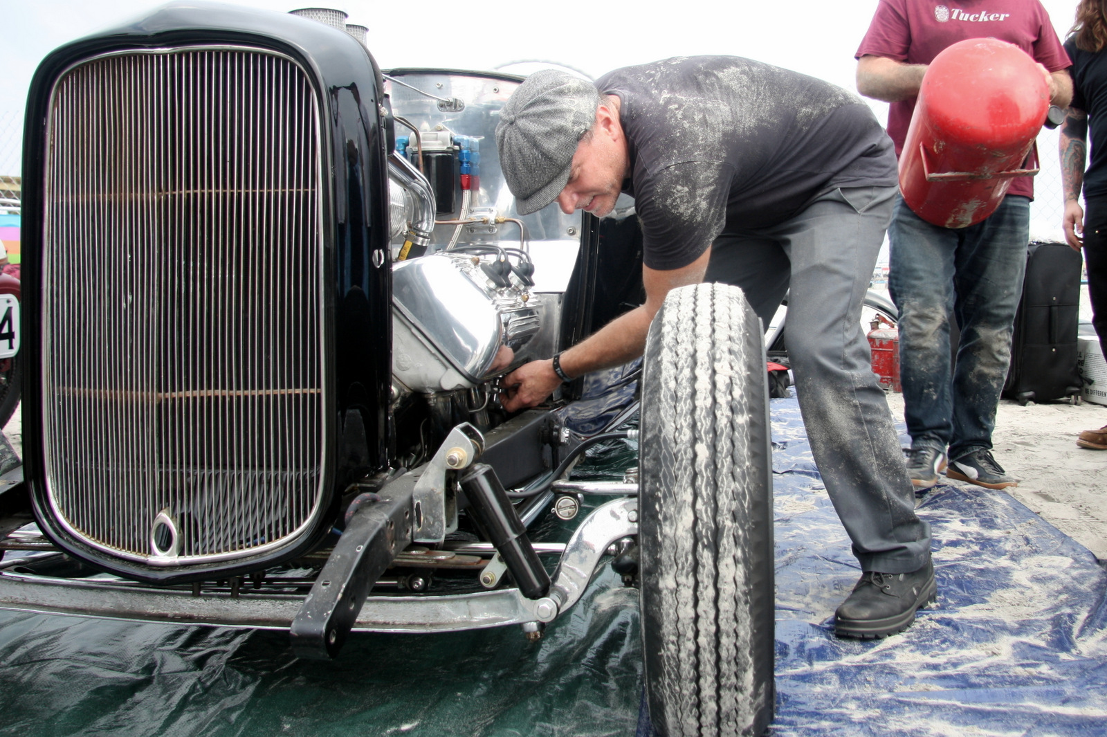 Ida does some last minute prep on the '32 roadster before its first pass at the Race of Gentlemen.