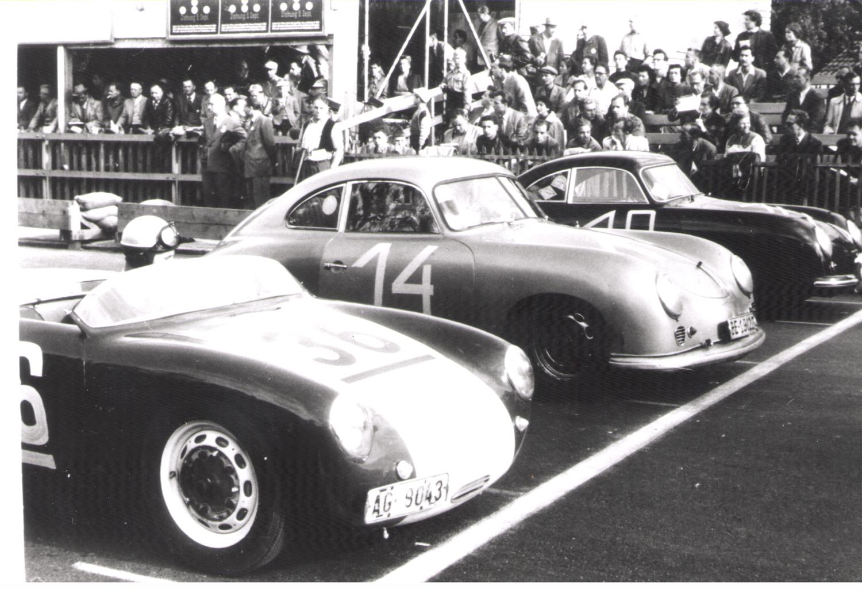Start of the touring car race at the 1953 Bern Grand Prix: Hans Stanek in a Glöckler Porsche (left), Berner Walter Ringgenberg (center) and St. Gallen native Arthur Heuberger (right), both in a Porsche 356/1500 Super