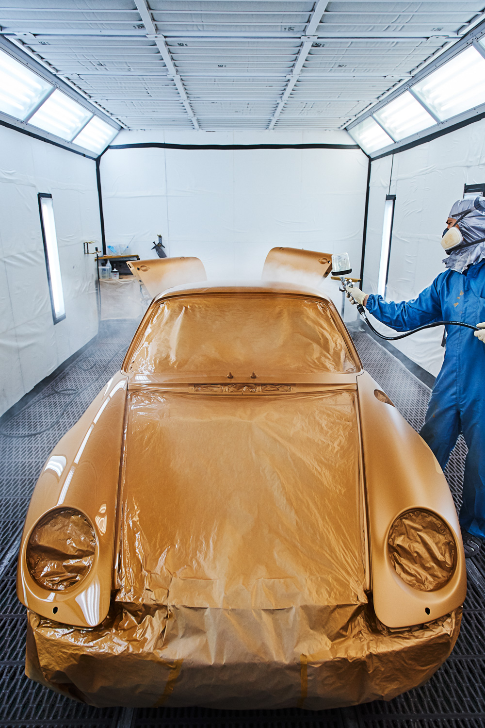 """Porsche """"Project Gold"""" 993 Turbo paint booth"""