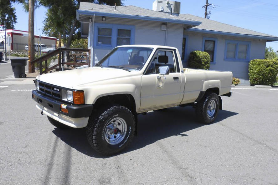 1986 Toyota 4X4 Pickup front 3/4