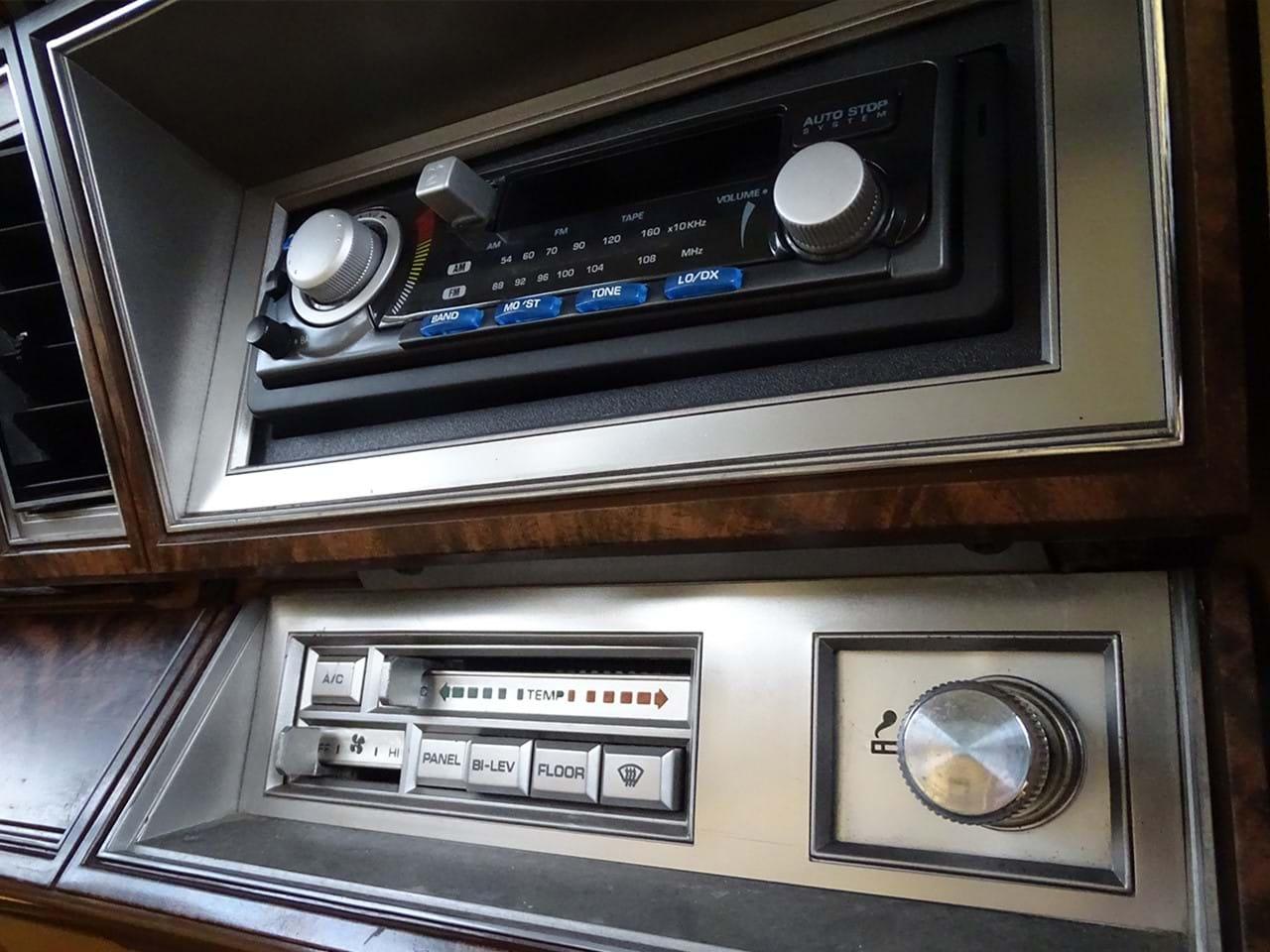1985 Chrysler LeBaron Town and Country Wagon radio