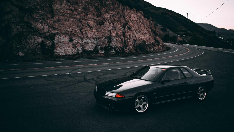 1992 Nissan Skyline GT-R hillside