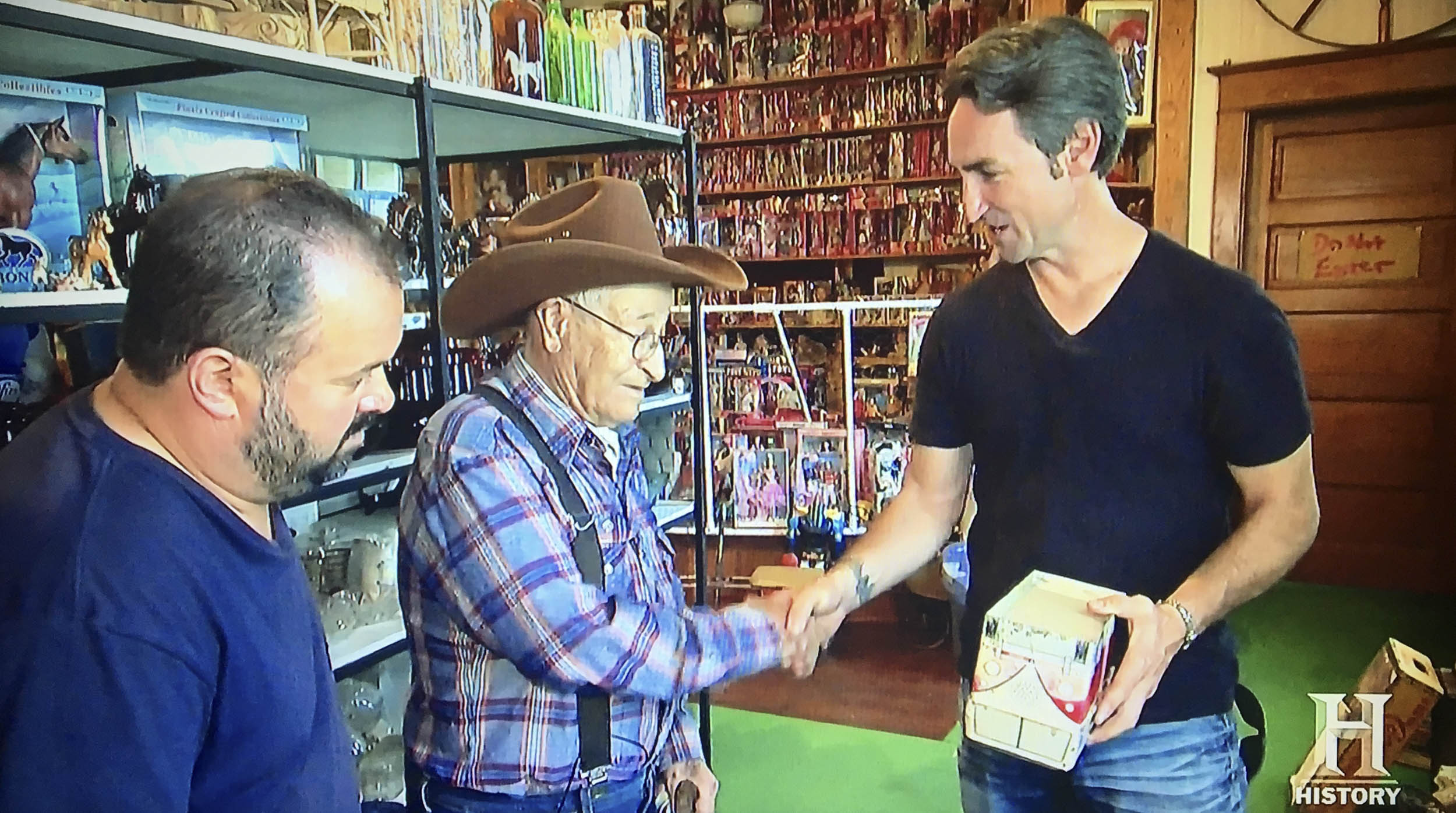 Ol' George and Mike Wolfe agree on a price for the VW lunch box.