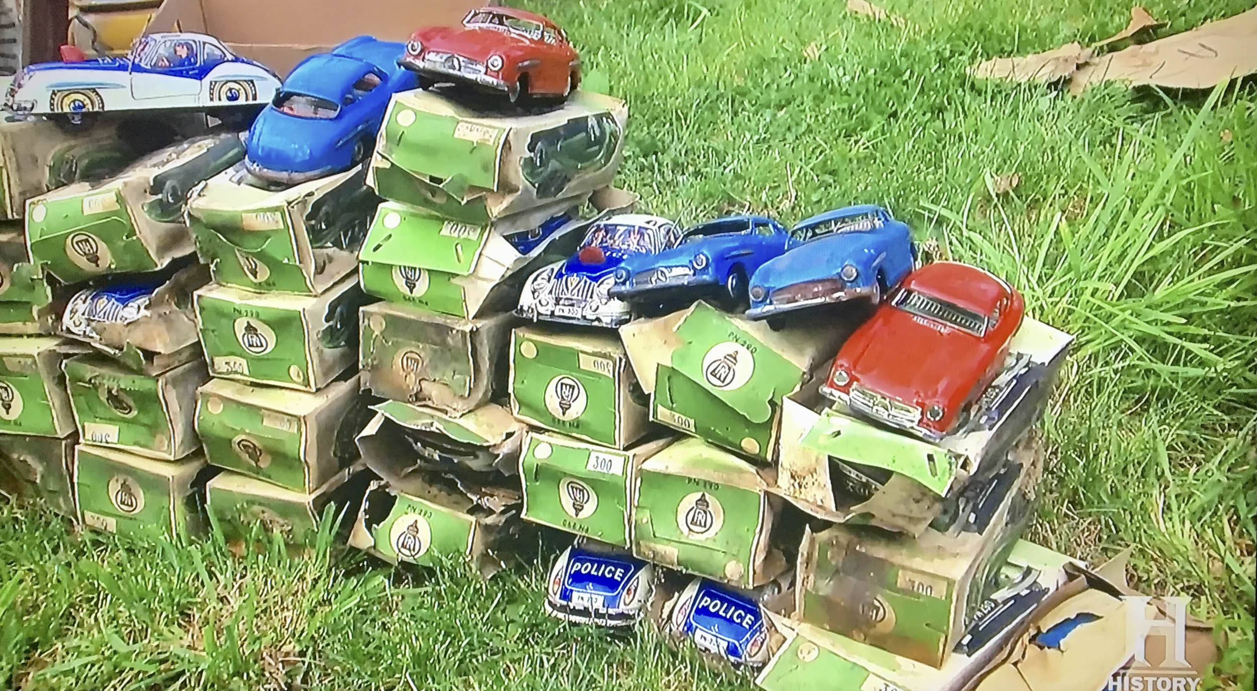 Mike Wolfe bought 42 tin toy cars, most in their original (but dilapidated) boxes, for $25 apiece.