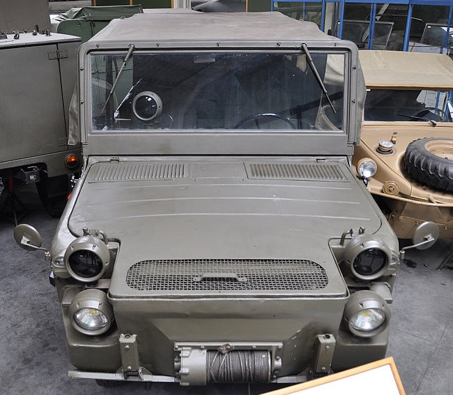 The Hotchkiss-Büssing-Lancia (HBL) version of the Europa Jeep, shown at the Wehrtechnische Studiensammlung (WTS – The German Defense Technology Study Collection) in Koblenz, Germany, has a longer nose and a flat single-piece windshield.