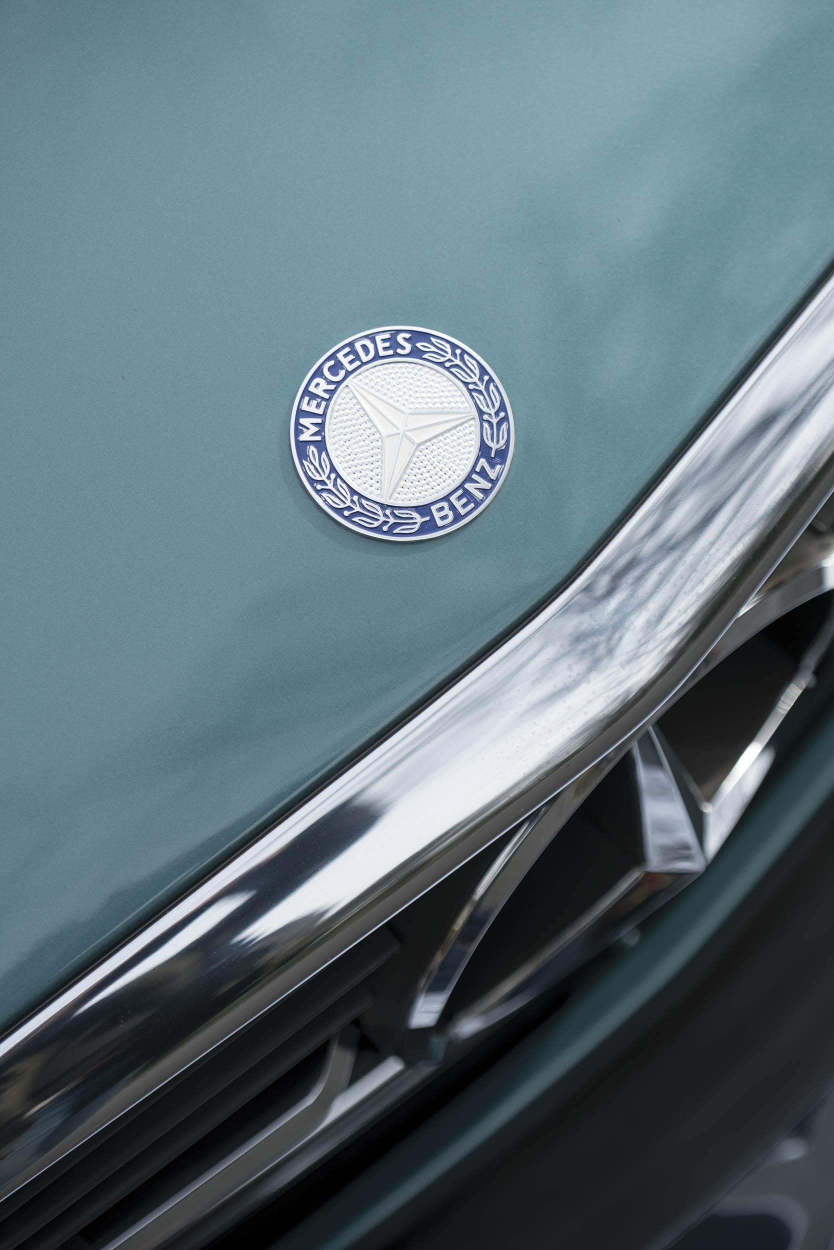 1988 Mercedes-Benz 560 SL hood badge