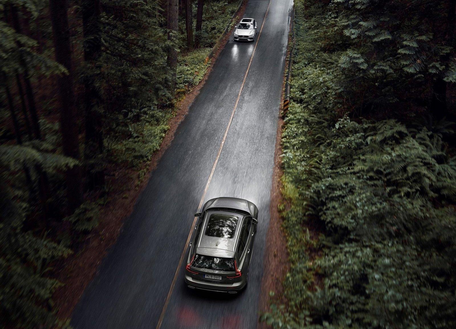 2019 Volvo V60 high passing lanes