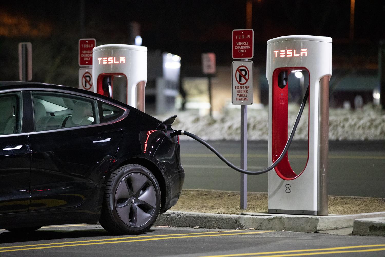 Tesla Model 3 AWD charging station