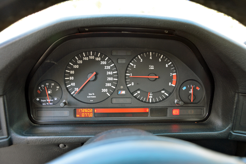 BMW M5 (E34) gauges