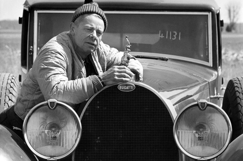 Bugatti pose