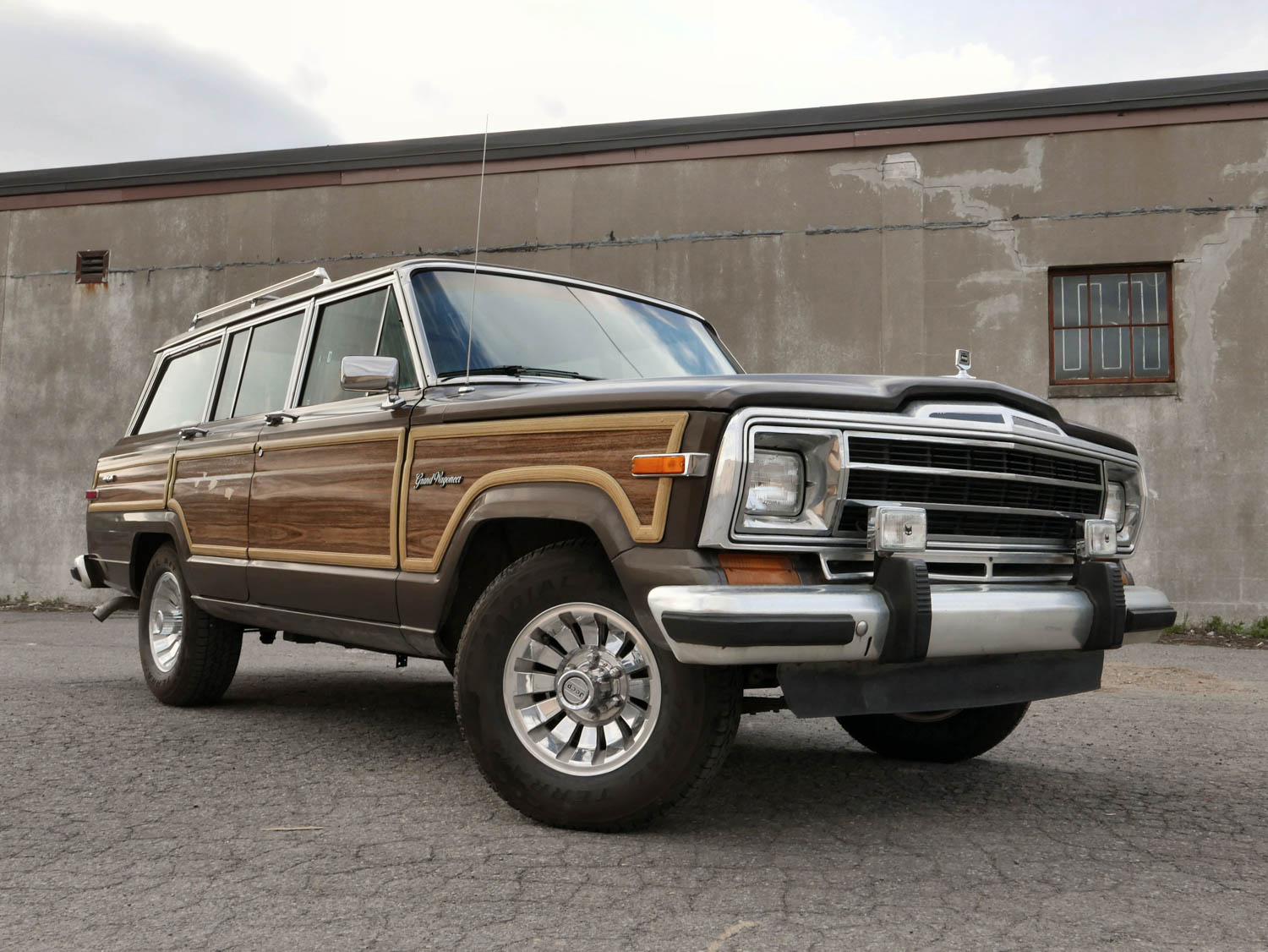 1987 Jeep Grand Wagoneer front 3/4