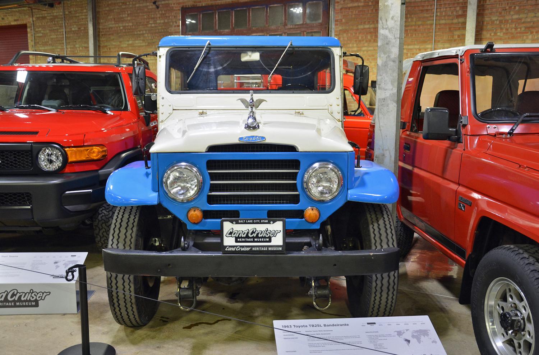 1963 Toyota TB25L Bandeirante front