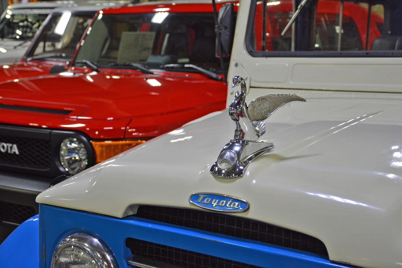 1963 Toyota TB25L Bandeirante hood ornament closeup